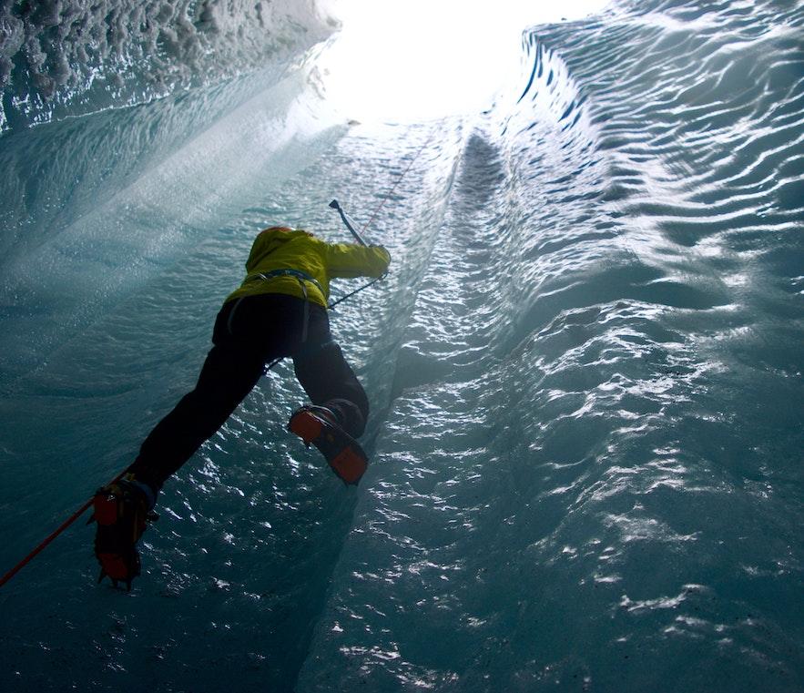 ソゥルヘイマヨークトル氷河で体験できるアイスクライミング