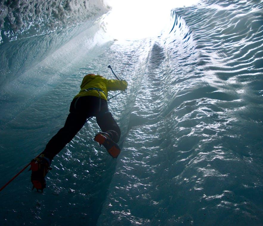 Un escaladeur au Solheimajokull