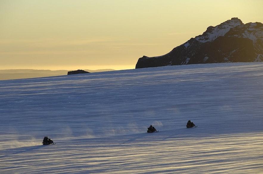 スノーモービルでラングヨークトル氷河を駆け抜ける