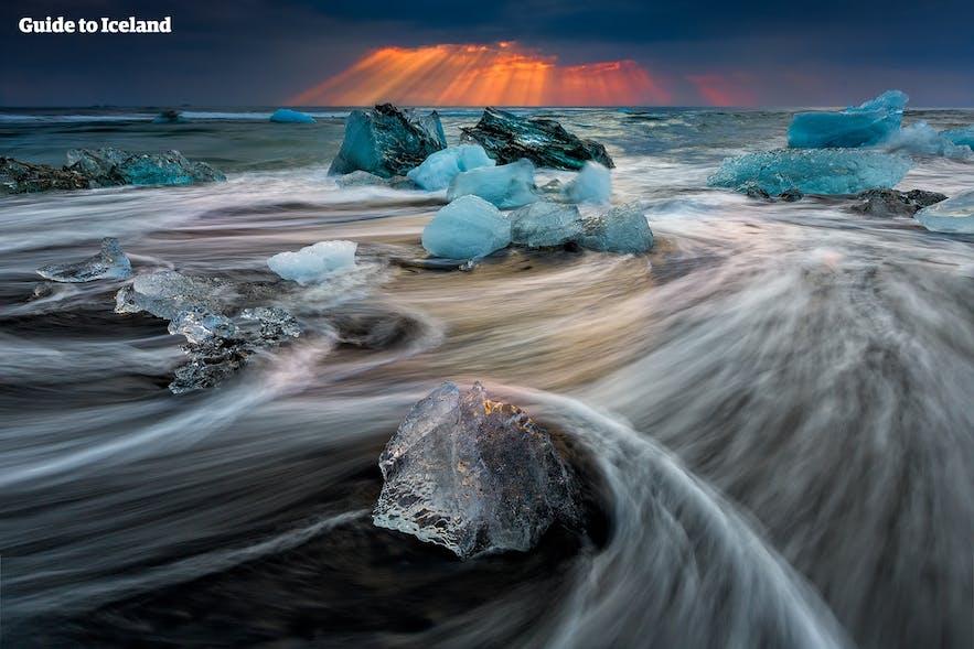 석양을 배경으로 한 요쿨살론 빙하 호수