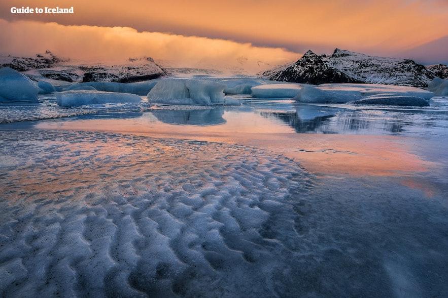 夕暮れ時のヨークルスアゥルロゥン氷河湖