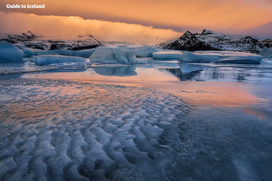 Jökulsárlón, dyed by the colours in the sky
