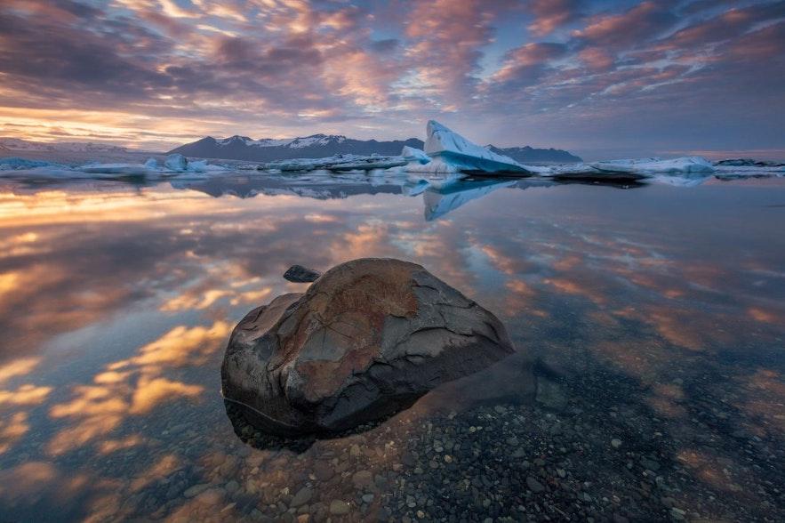 冰岛杰古沙龙冰河湖的美丽倒影