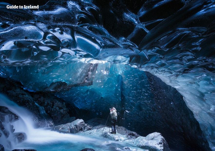 氷の洞窟に入る体験は冬のアイスランド旅行に人気のアクティビティ