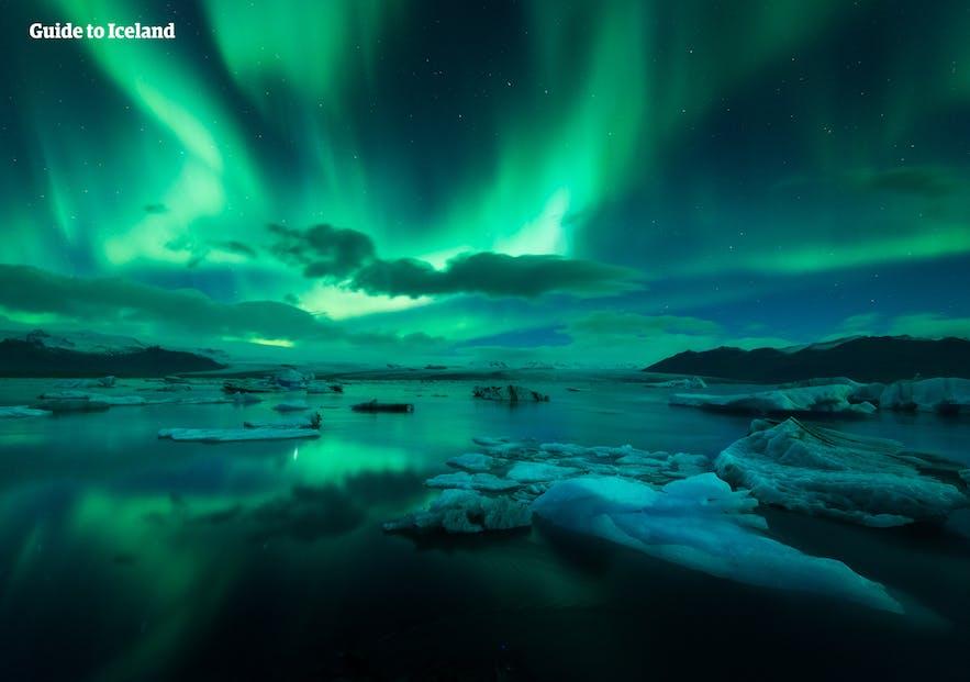 Zielona zorza polarna nad laguną lodowcową na Islandii