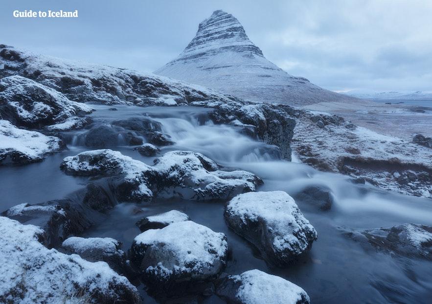 Kirkjufell, ein Berg geformt wie eine Pfeilspitze...
