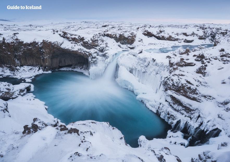 雪化粧した北アイスランドのアルドエイヤルフォスの滝