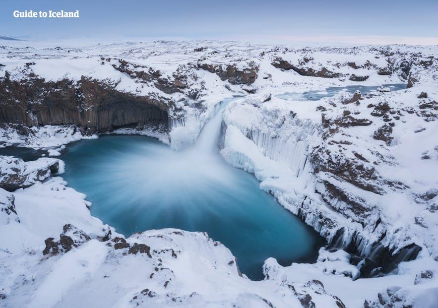 Der verschneite Aldeyjarfoss-Wasserfall