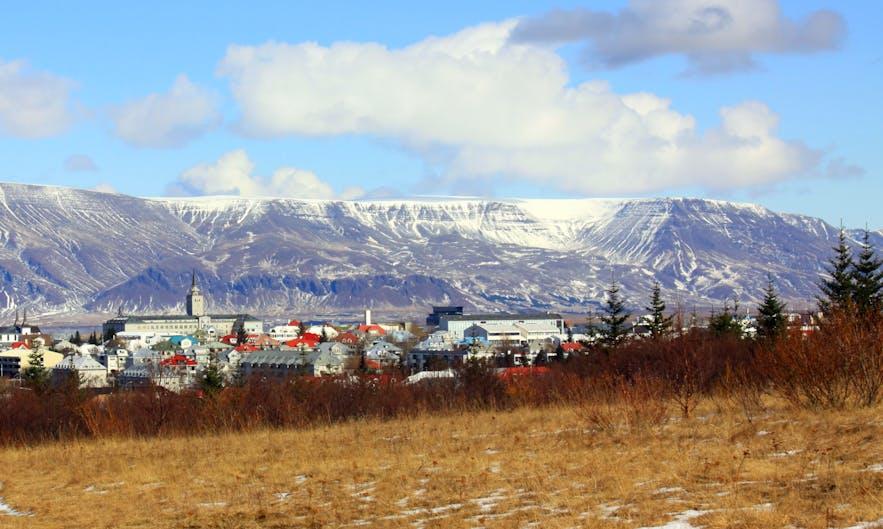 Mt. Esja, eine gewaltige Berglandschaft, hinter der isländischen Hauptstadt gelegen