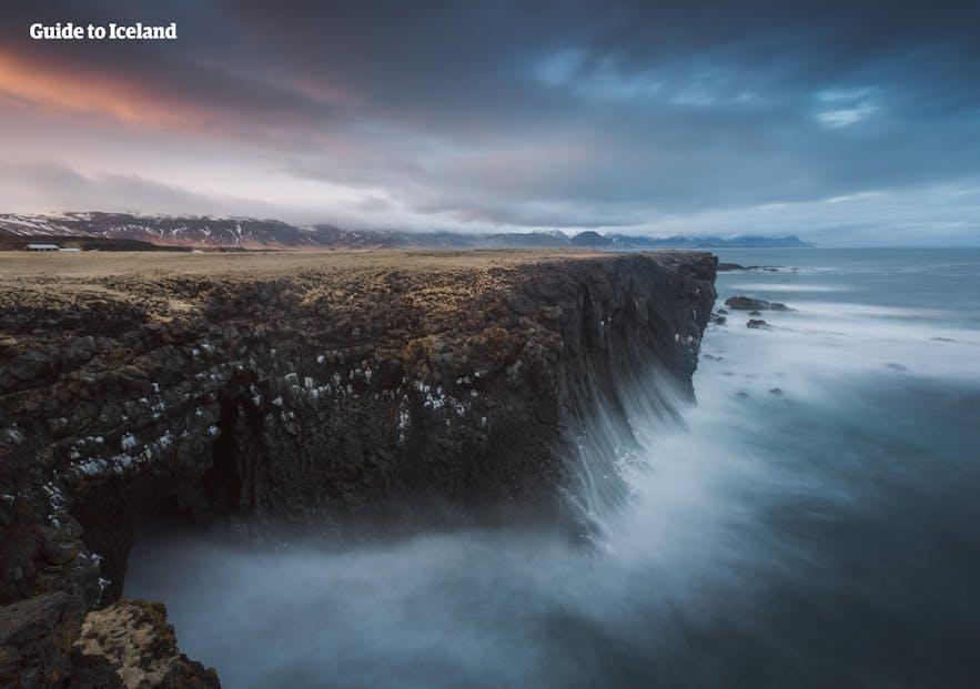 Im Mai kannst du fast alle Attraktionen und Orte in Island erkunden: Wasserfälle, Gletscher; Seen usw.