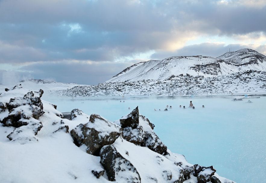 Голубая лагуна в окружении зимней красоты.