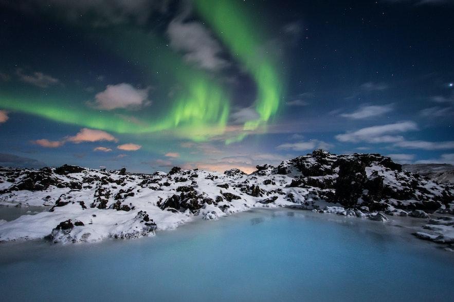 Zorza polarna ponad Blue Lagoon.