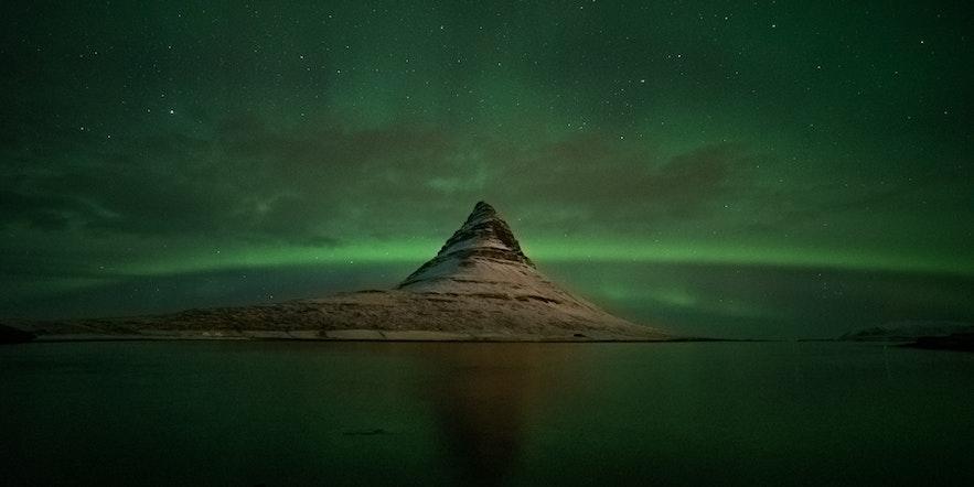 Zorza upolowana w rejonie Grundarfjordur w czasie wyprawy zimowej z fotografem Kamilem Bilińskim.