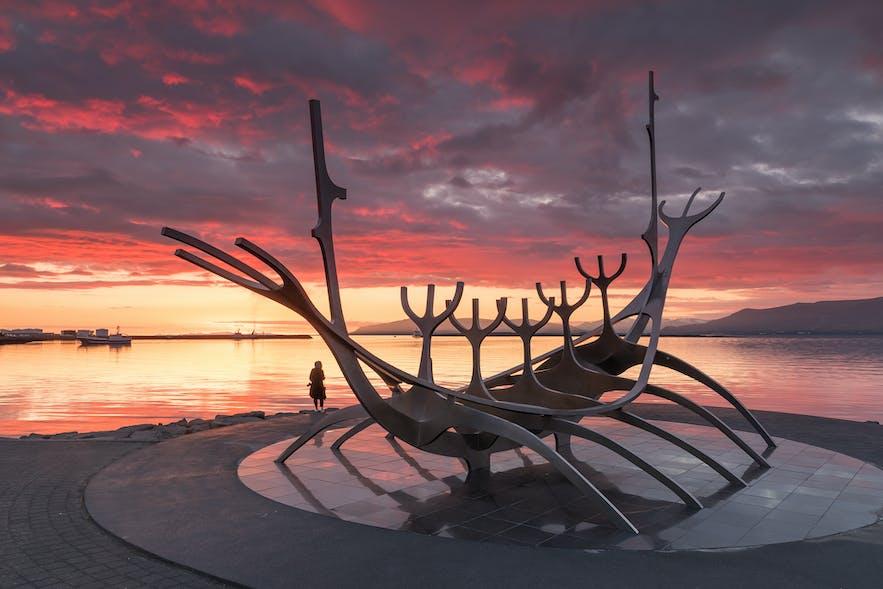 The Sólfarið (การเดินทางของพระอาทิตย์) ประติมากรรมที่อยู่ข้างชายฝั่งทางเหนือของเมืองเรคยาวิก.