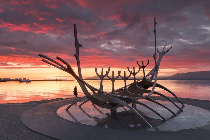 Die Skulptur Sólfarið an der Küste Reykjavíks