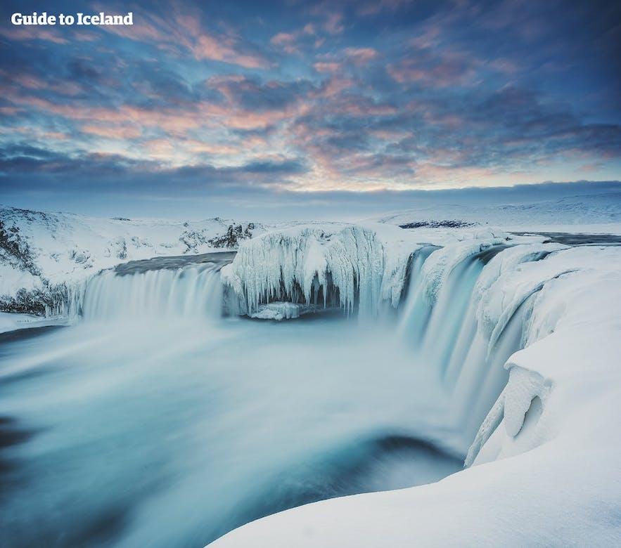 눈이 소복히 쌓인 한겨울 고다포스 폭포의 전경