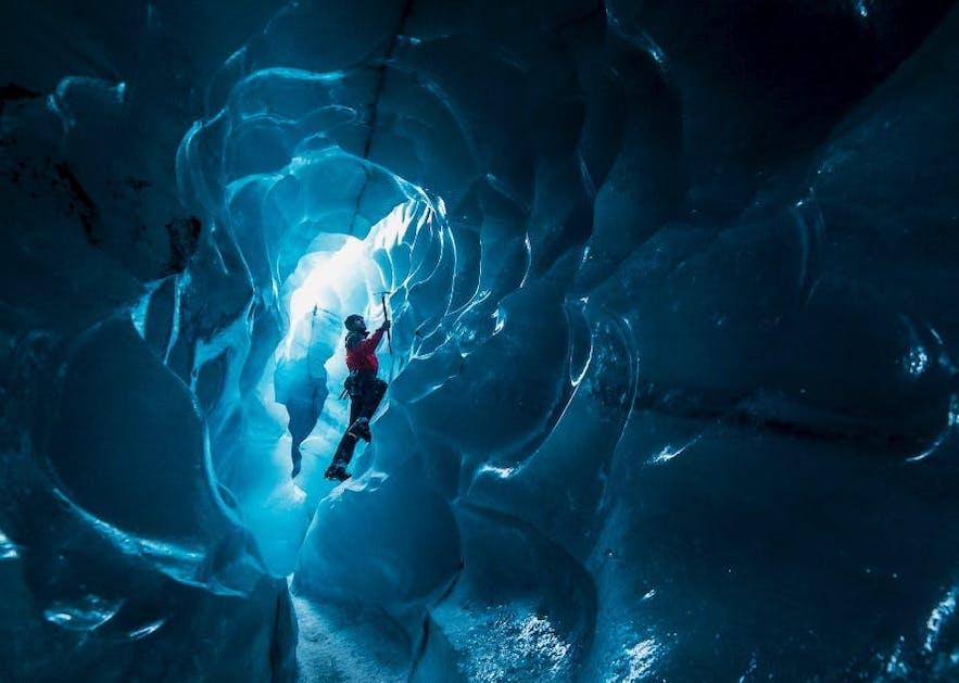 Jaskinia w lodowcu na Islandii