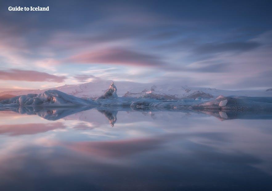 Niesamowite światło nad laguną lodowcową Jokulsarlon