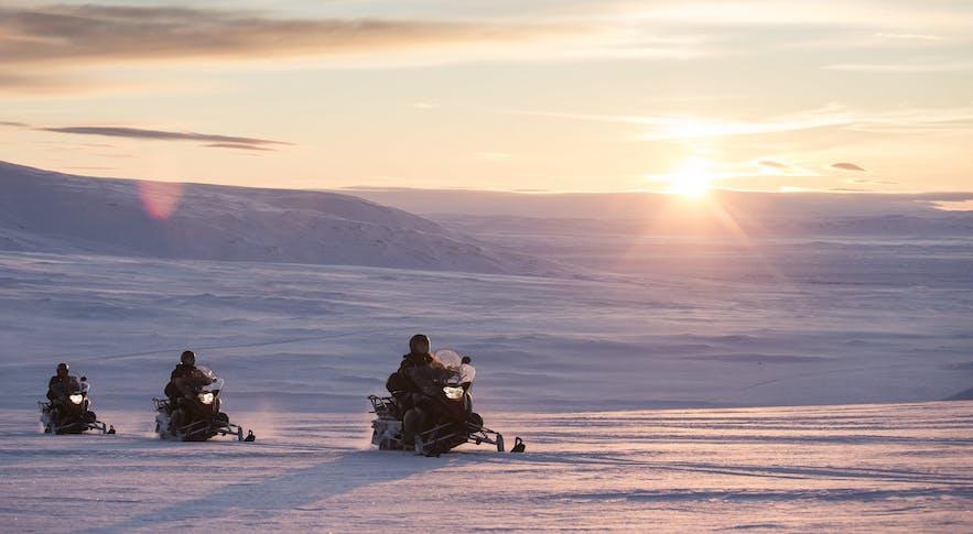 ในเดือนเมษายนคุณสามารถขี่สโนว์โมบิลไปบนผืนน้ำแข็งที่ธารน้ำแข็งลางโจกุล
