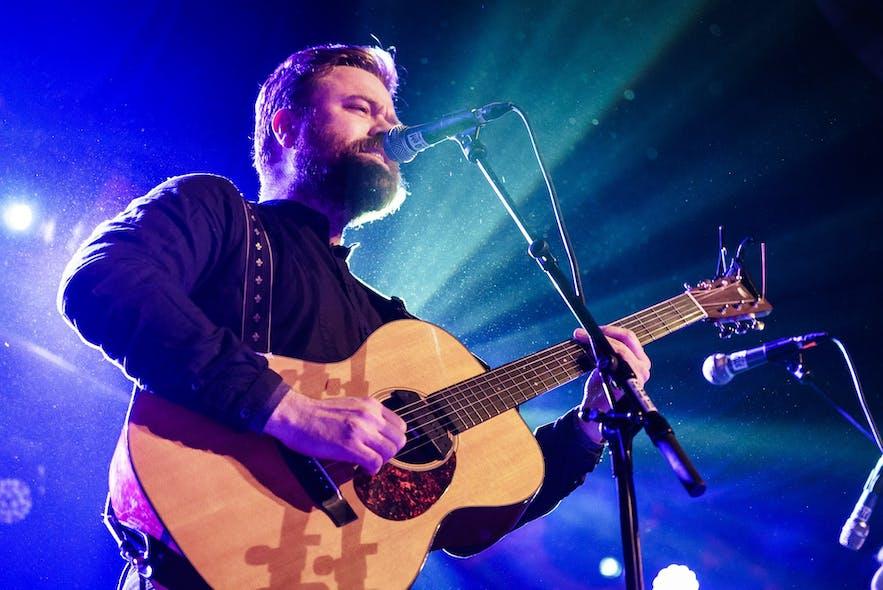 Mugison w trakcie koncertu na Islandii