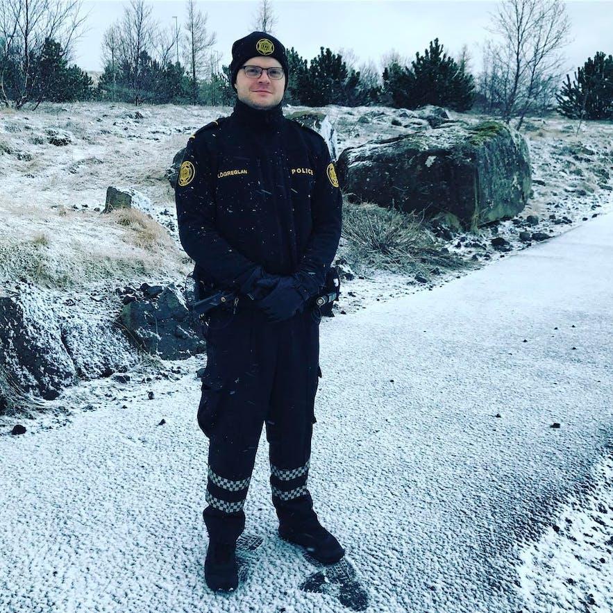 Un officier de police fêtant l'été en Islande