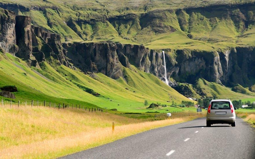 4월의 아이슬란드 교외 지역을 운전하는 건 어렵지 않습니다. 다만 사륜구동 차량을 추천해요.