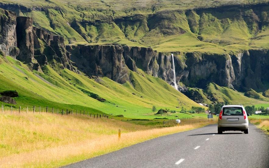 Das Autofahren auf isländischen Straßen sollte im April kein Problem sein, Allradantrieb wird jedoch empfohlen