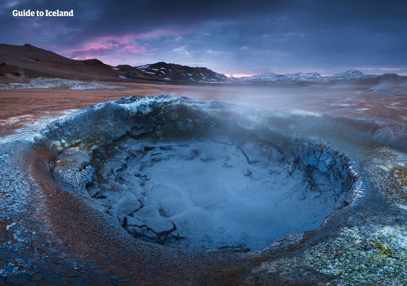 Baseny błotne, otwory wentylacyjne i gorące źródła w północno-islandzkiej strefie geotermalnej wypełniają powietrze dymem siarkowym.