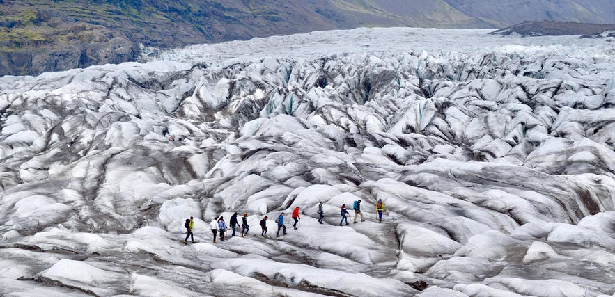 Glacier hikers crossing Svinafellsjökull
