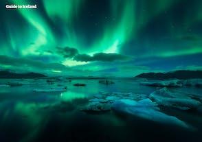 L'aurora boreale sopra la laguna glaciale di Jokusarlon.