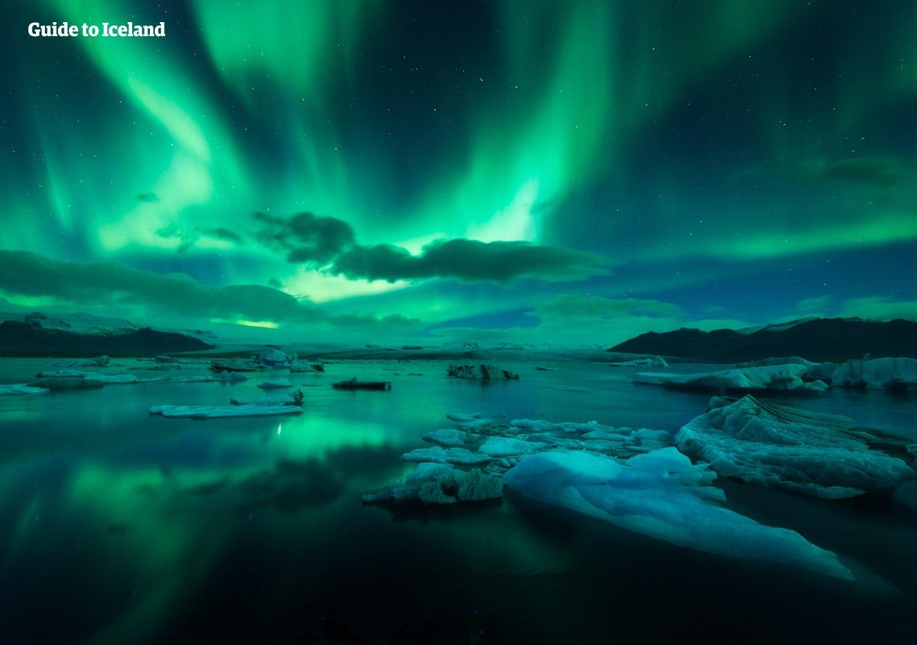 Les aurores boréales sur le lagon du glacier Jokusarlon.