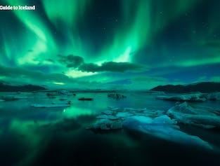 Zorza polarna nad laguną lodowcową Jokulsarlon.