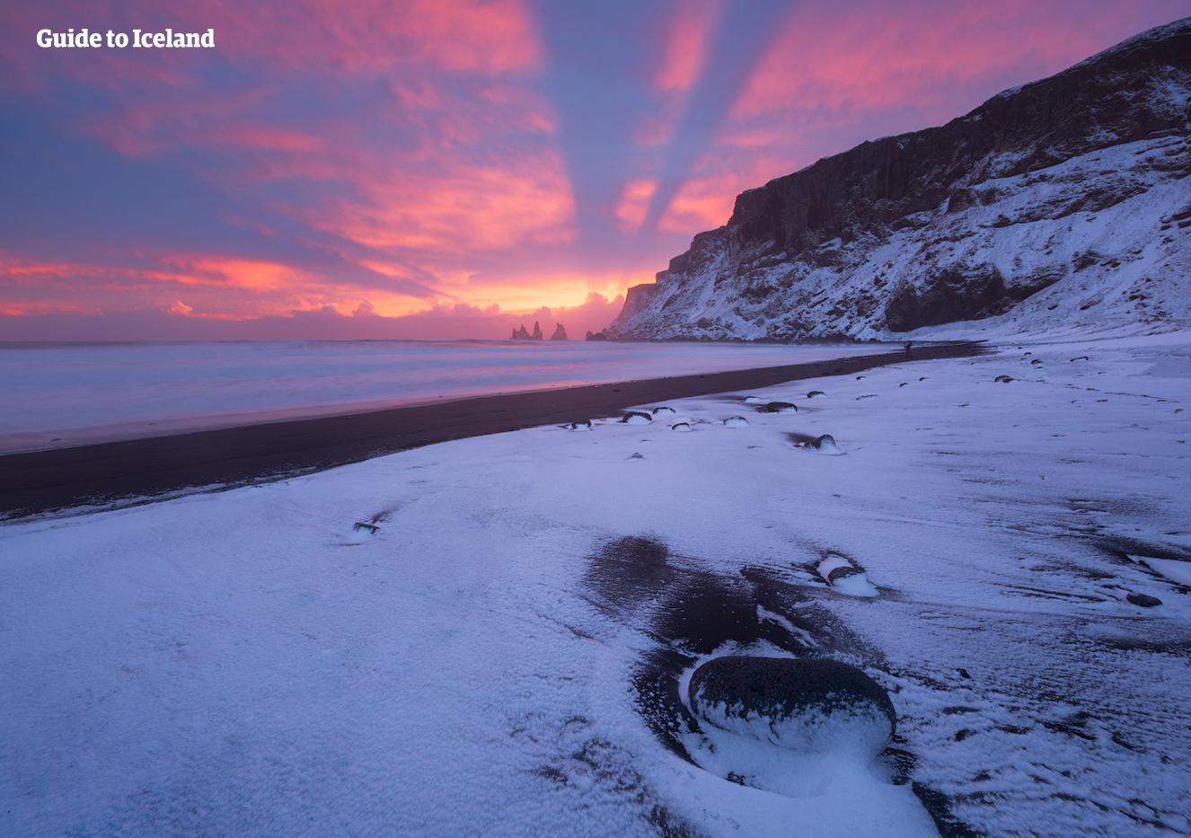 Den svarta sandstranden Reynisfjara under vintern.