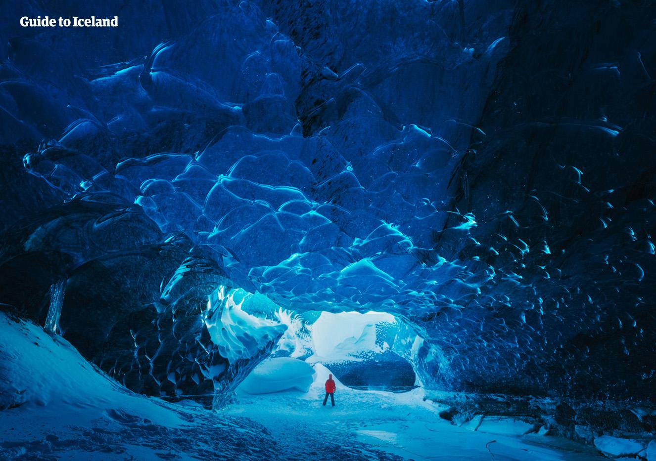 Bländande blått möter besökaren i Islands isgrottor.