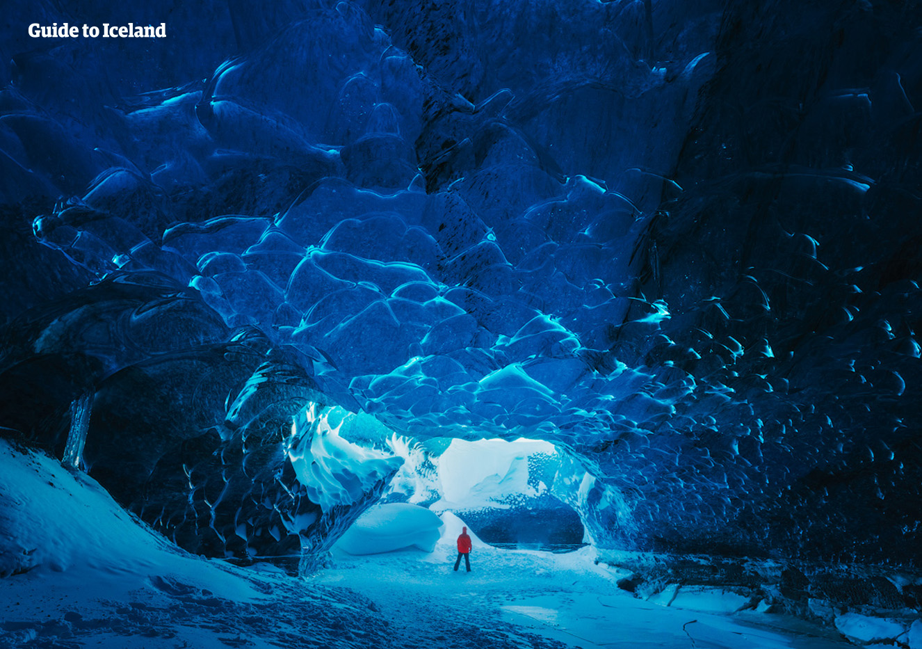 L'interno blu abbagliante delle grotte di ghiaccio islandesi.