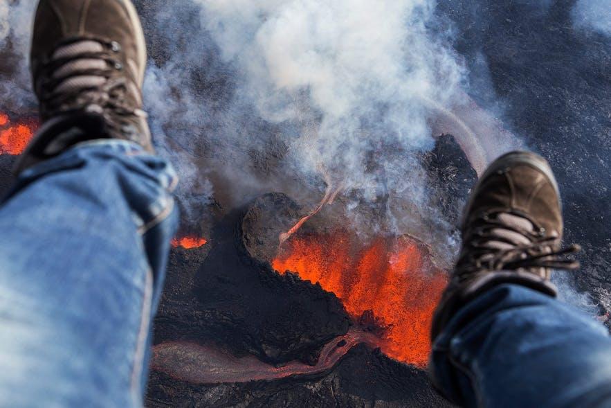 乘坐直升机观看喷发中的冰岛火山是可遇不可求的独特体验