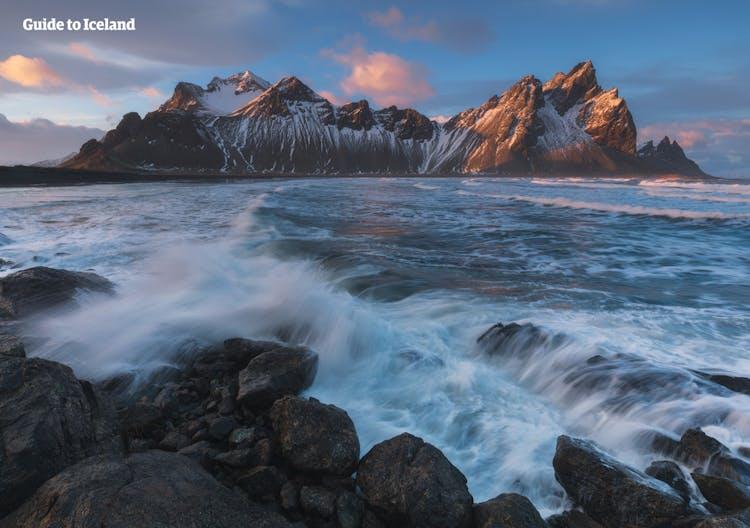 Góra Vestrahorn to jedno z najbardziej rozpoznawalnych miejsc na południowym-wschodzie wyspy.