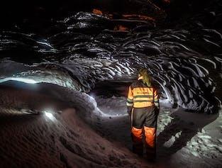 グトルフォスの滝発│スノーモービル体験と氷河の洞窟