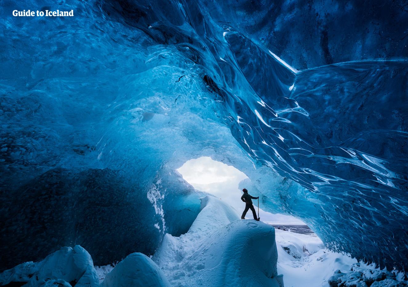 Wejście do jaskini lodowej jest jednym z najbardziej niezapomnianych wrażeń dostępnych dla odwiedzających Islandię.