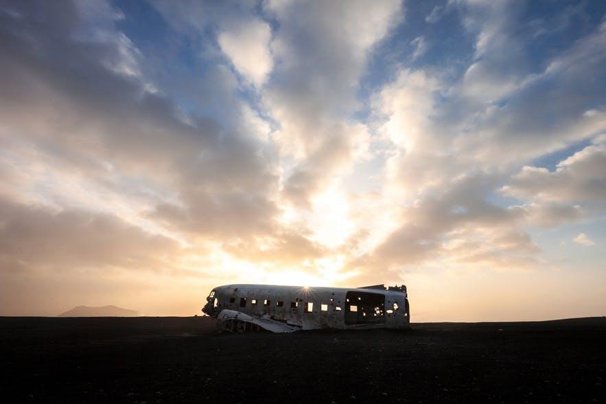 飞机残骸使Solheimasandur黑沙滩的游客络绎不绝