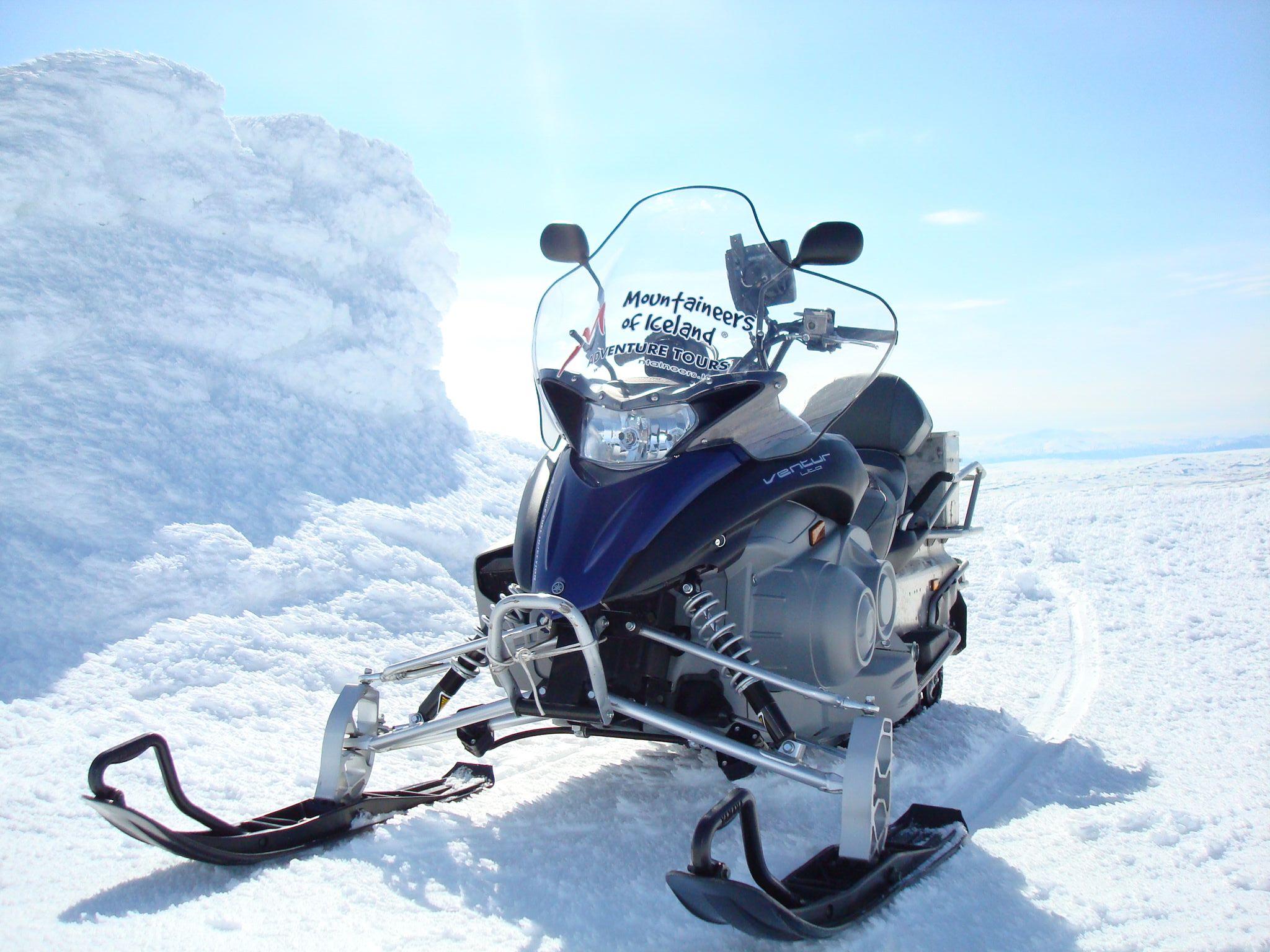 アイスランドの冬の人気アクティビティといえばラングヨークトル氷河でのスノーモービル