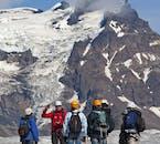 Wysokie szczyty górskie można zobaczyć podczas wędrówki po lodowcu