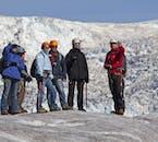 Vous serez équipé de tout l'équipement nécessaire, tel que des casques, des crampons et des piolets, lors d'une randonnée sur un glacier.