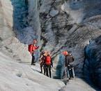 Auf einer Gletscherwanderung im Skaftafell-Naturreservat siehst du tiefe, blaue Gletscherspalten.