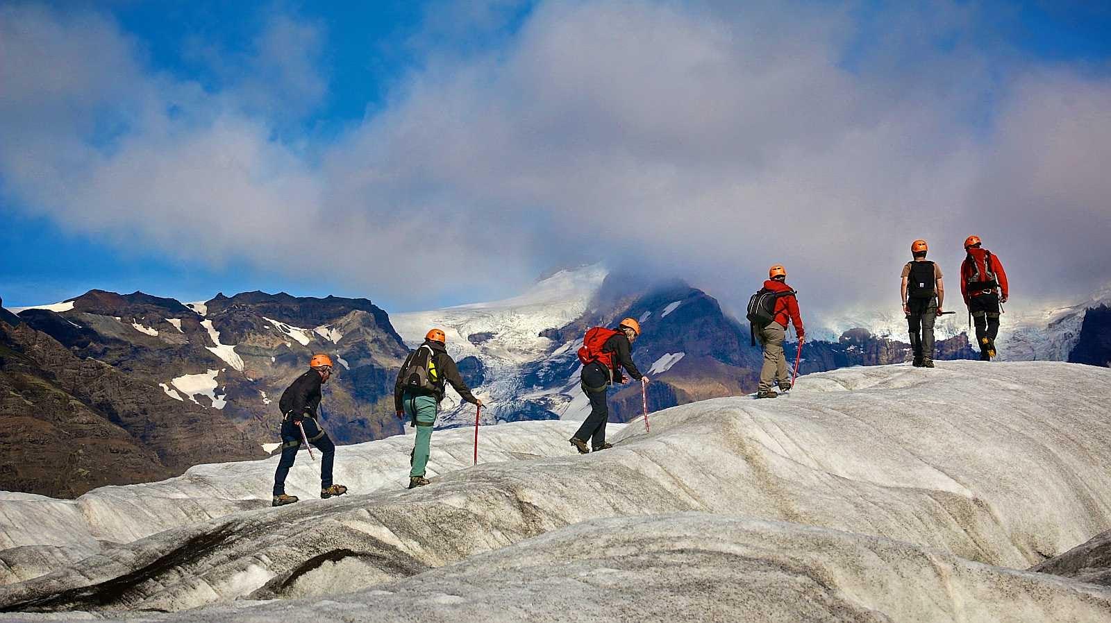 Профессиональный гид проведет вас по глубоким разломам мимо красивых ледяных скульптур.