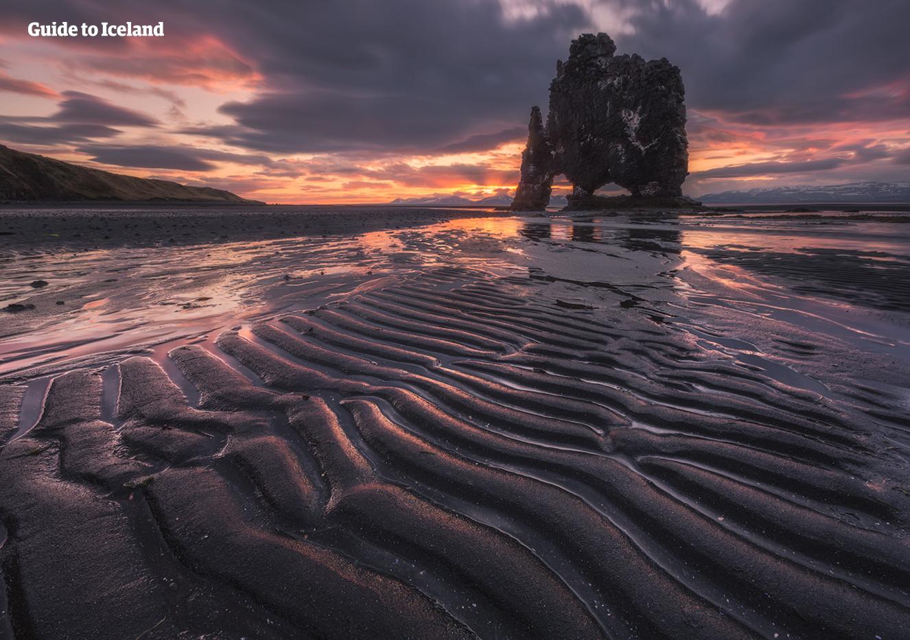 Hvítserkur es una enorme pila de basalto frente a la costa este de la península de Vatnsnes, en el noroeste de Islandia.