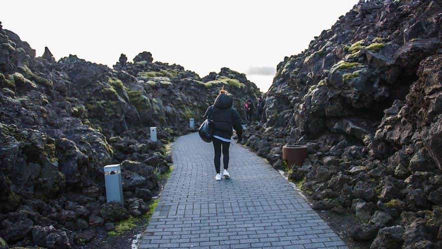进入蓝湖的熔岩苔藓通道