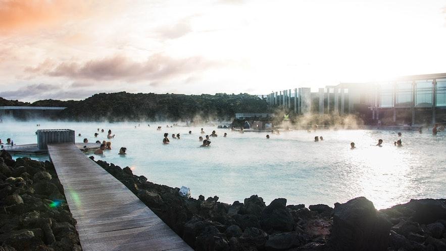 Die Architektur der Gebäude der Blauen Lagune harmoniert mit der Natur
