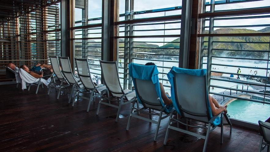 蓝湖温泉的室内休息室