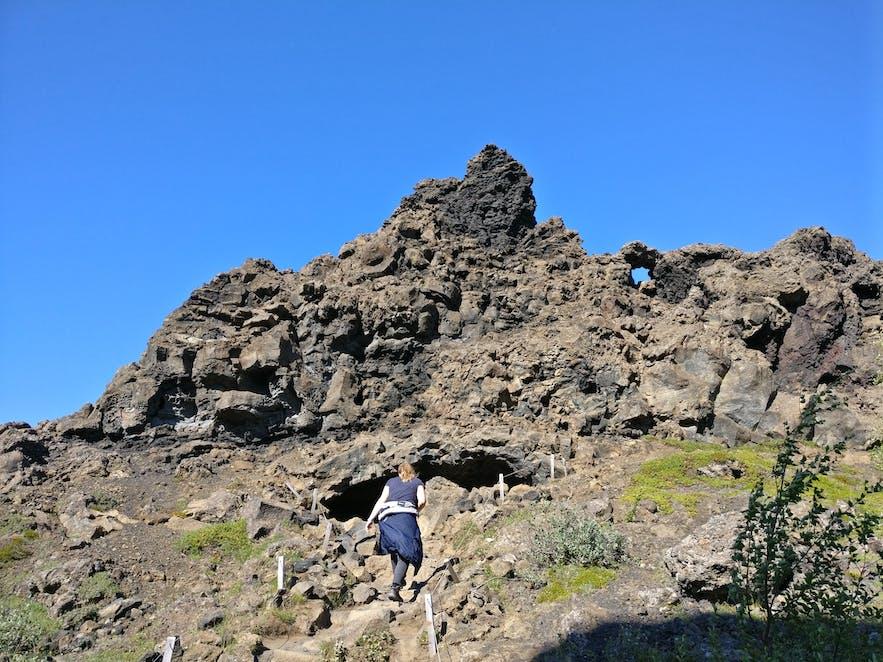 洞穴の空いた岩